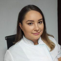 Marta Kopczyńska — Kosmetolog pozująca do zdjęcia. Tło czarno-białe