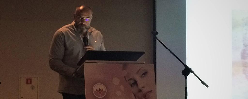 Dr Krzysztof Łuksza przemawiający na konferencji